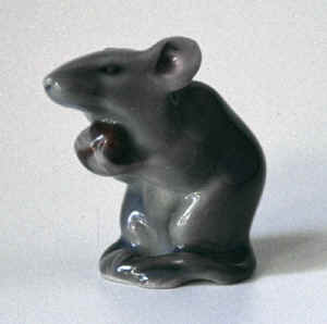 0344 Mouse with nut.jpg (42117 byte)